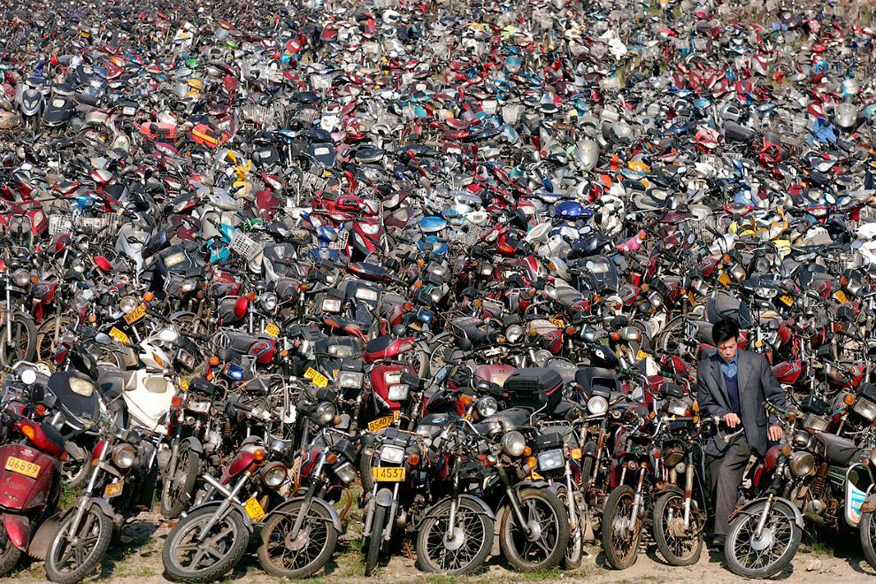 Горы мотороллеров и мотоциклов