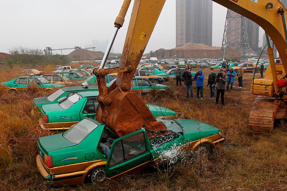 Иногда на китайских автосвалках устраивают показушные уничтожения старых автомобилей, не отвечающих экологическим нормам