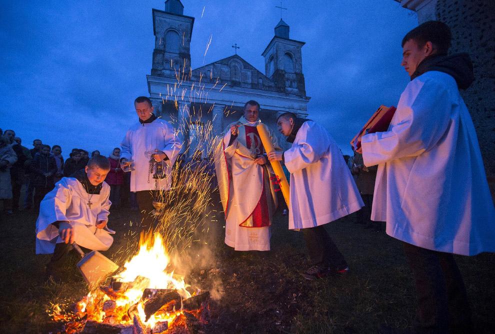 Католики на службе в Минске разжигают огонь