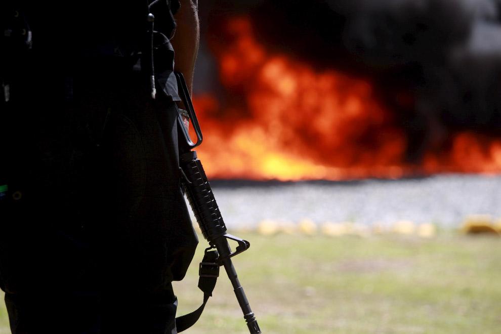 Сожжение конфискованных наркотиков на военной базе в Санто-Доминго