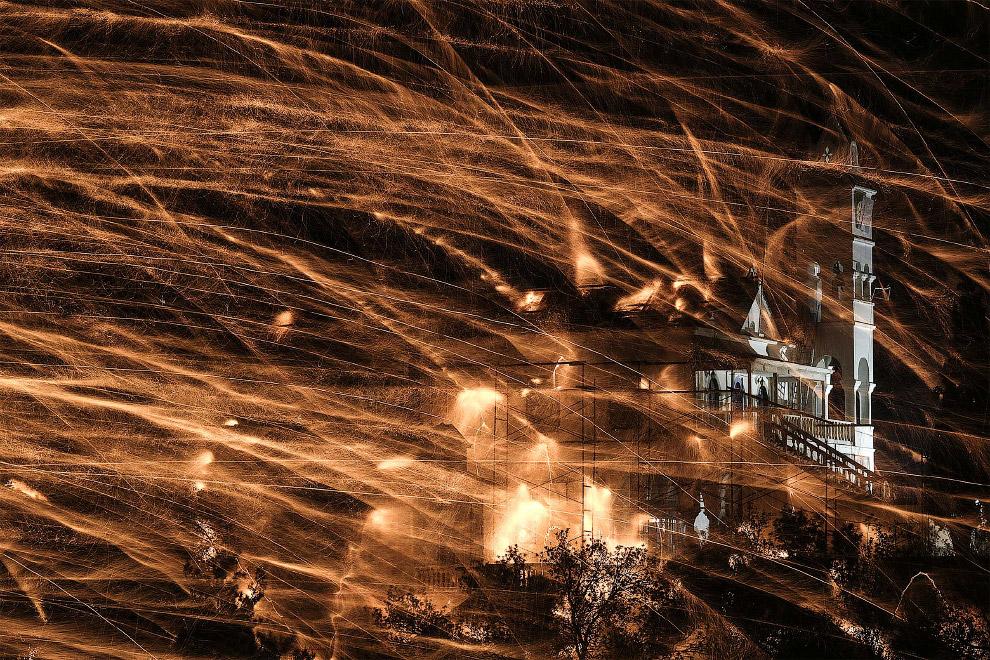 Во время Пасхи на острове Хиос в Эгейском море устраивается фейерверк-«перестрелка» между двумя церквями