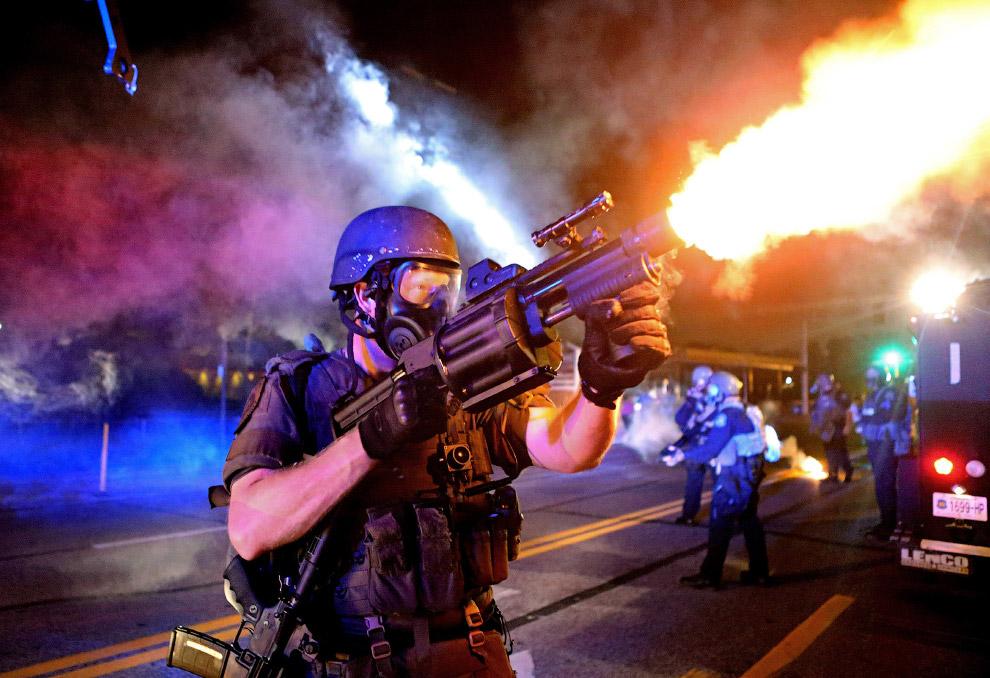 Выстрел слезоточивым газом по протестующим во время беспорядков в Фергюсоне