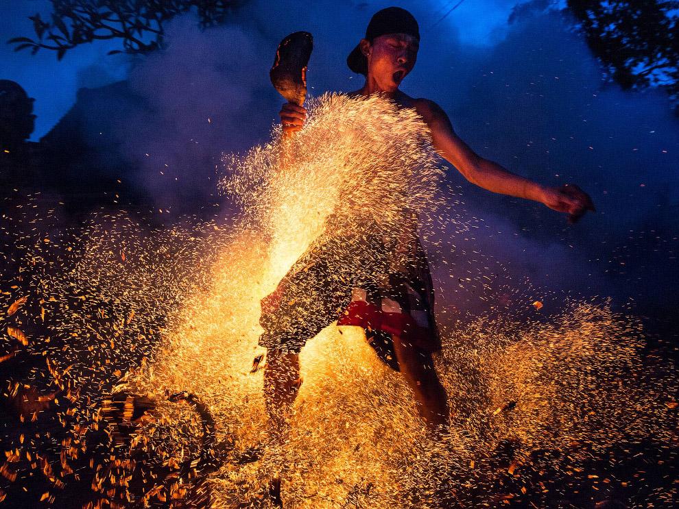 А на Бали в Индонезии люди продолжают с помощью огня очищать свое тело и Вселенную