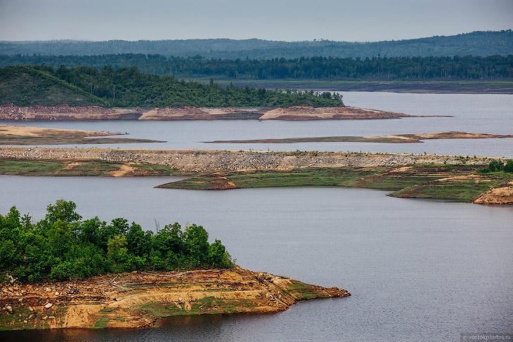 Сооружения Бурейской ГЭС расположены на реке в Талаканском створе