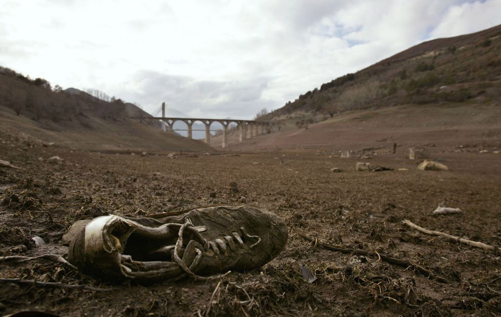 На дне высохшего водоема в испанском муниципалитете Лос-Барриос-де-Луна