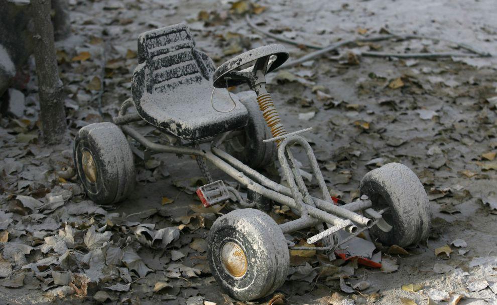 Игрушки во дворе после извержения вулкана Чайтен в Чили