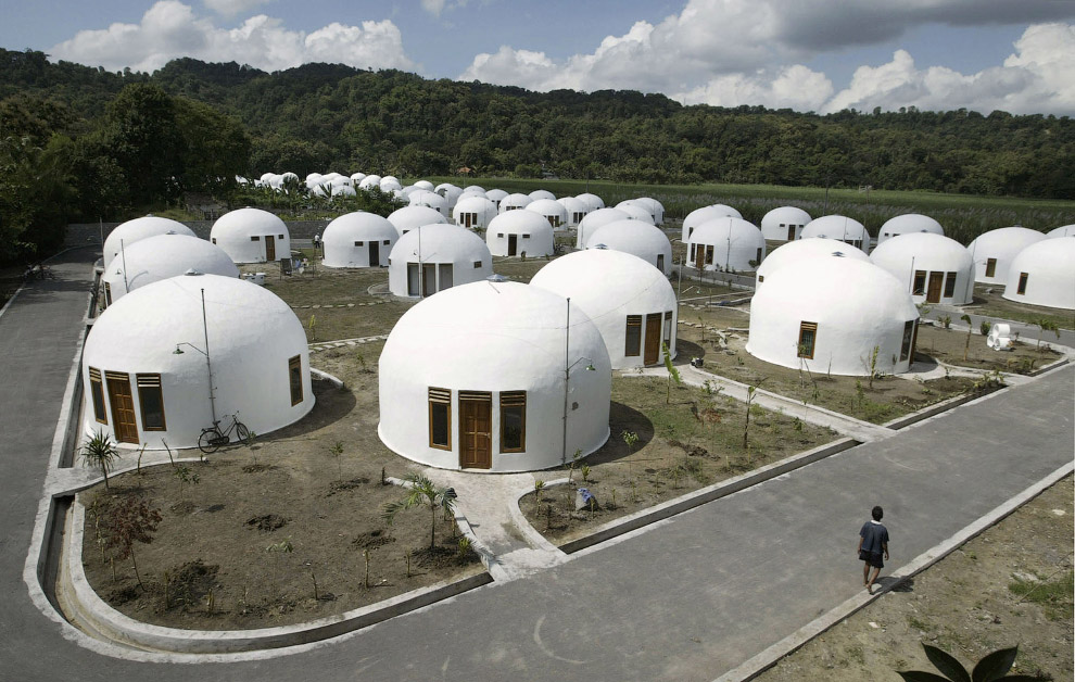 Вот такой необычный квартал из 70 купольных домов был построен в Джокьякарта, Индонезия