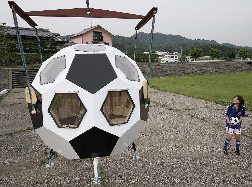 Ще один антикризовий варіант - будинок-футбольний м'яч