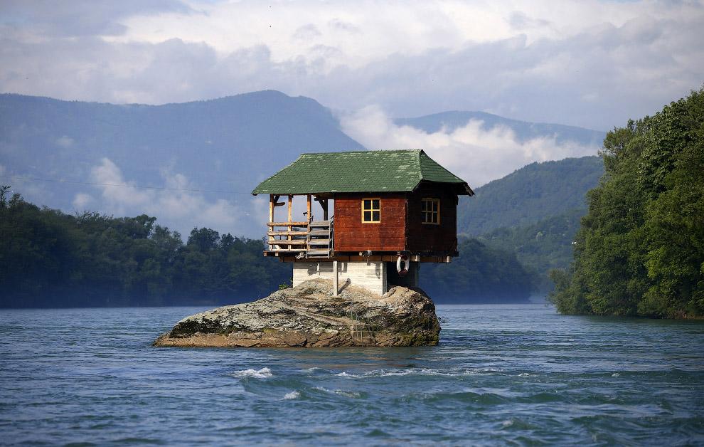 Будинок, побудований на скелі на річці Дрина в Сербії, в 160 км від Белграда