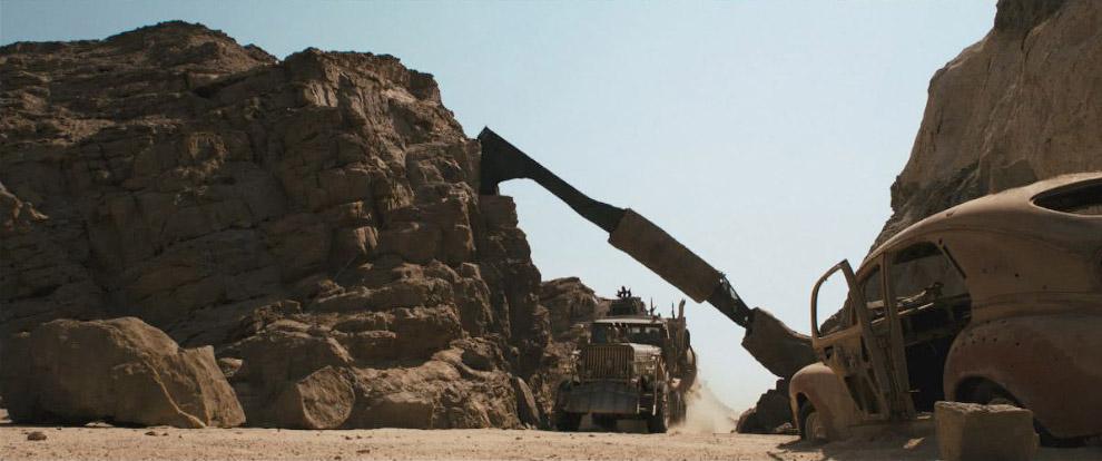 После бури Макс и Фуриоса (Шарлиз Терон) приезжают на боевой фуре в каньон