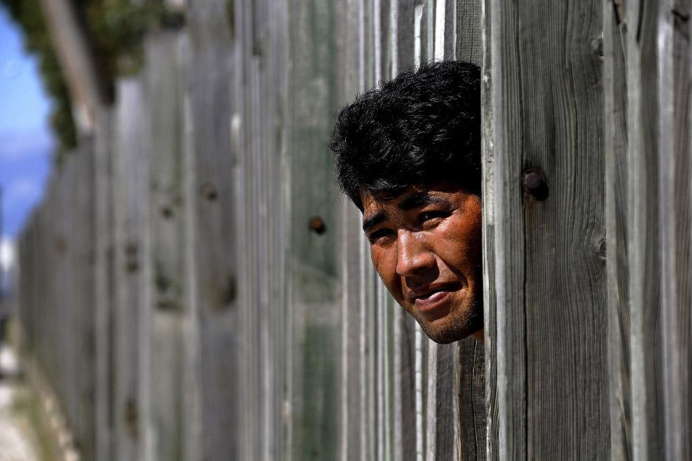 Мигранты из Ирана и Судана, живущие на заброшенных заводах в городе Патры, Греция ждут момента, чтобы рвануть на паром до Италии