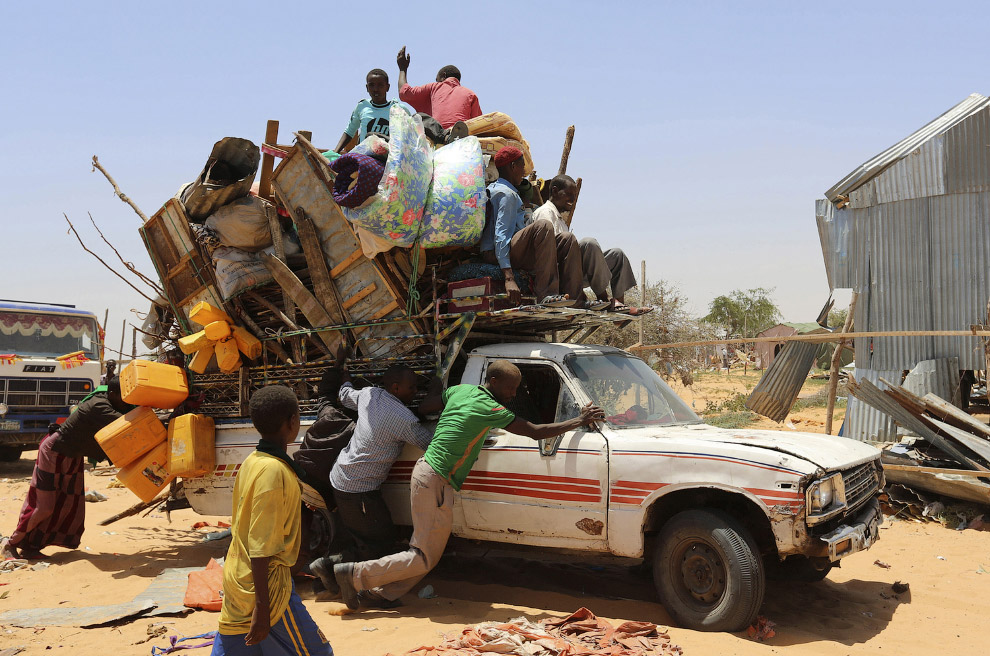 Рано утром в Могадишо, Сомали семья, собрав личные вещи в пикап, отправляется на поиски лучшей жизни
