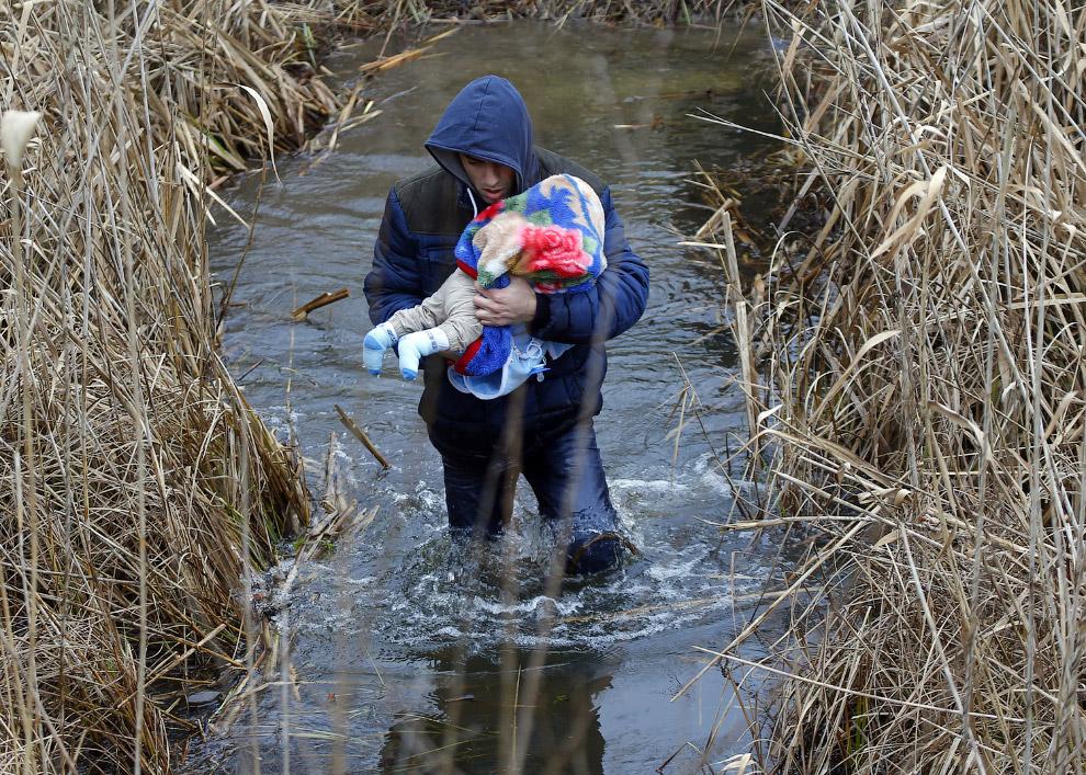 Человек с ребенком из Косово незаконно пересекает венгерско-сербскую границу