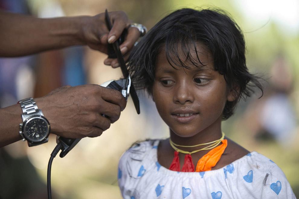 Парикмахер для мигрантов во временном убежище в Индонезии