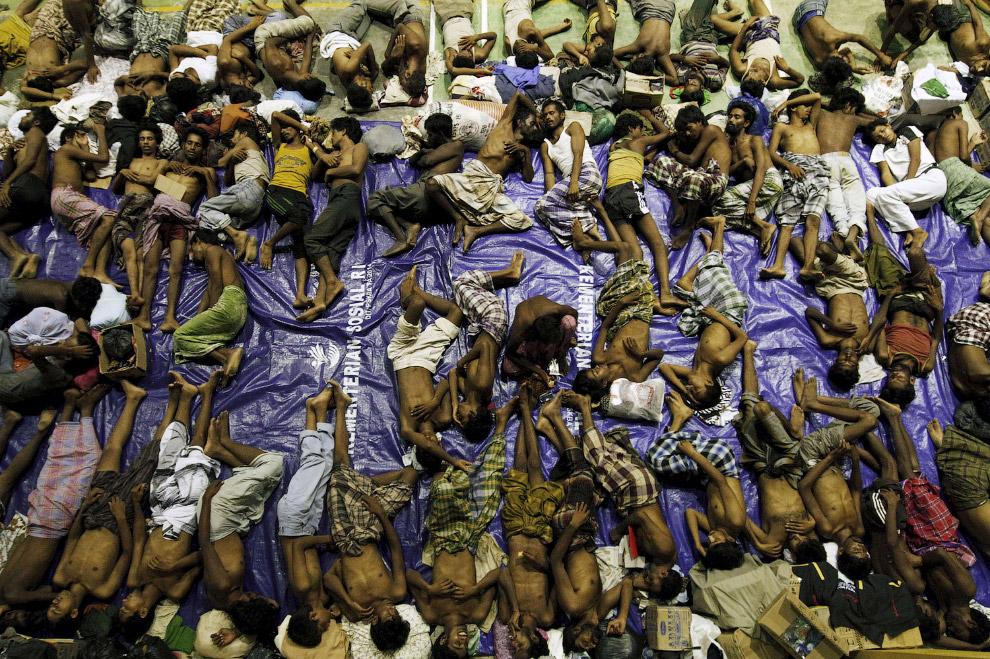 Около 600 мигрантов из Бирмы были спасены из двух деревянных лодок у берегов Индонезии