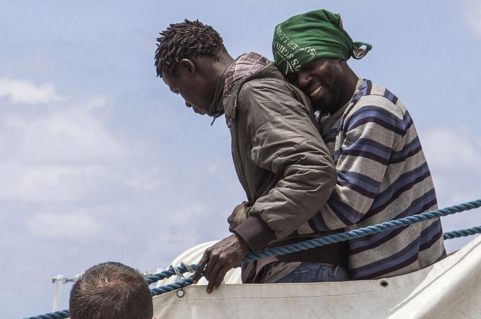 Мигранты из Африки доплыли до итальянского острова Лампедуза