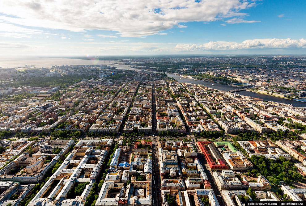 Сеть параллельных улиц-каналов и пересекающих их проспектов Васильевского острова, которые изначально задумывались как каналы.