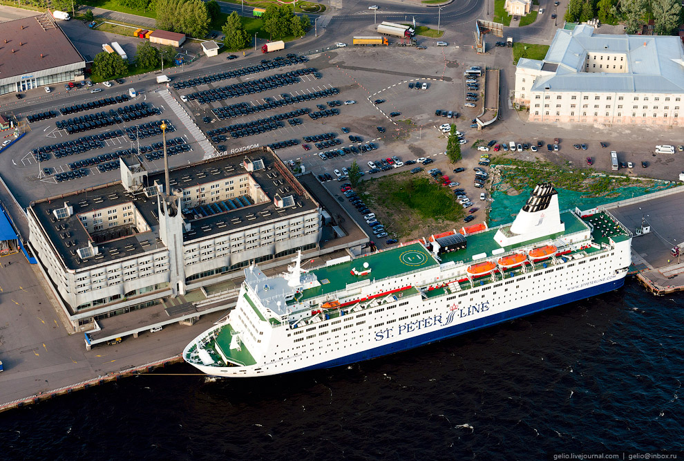 Морской Вокзал, используемый как терминал регулярных паромных линий в Хельсинки, Стокгольм и Таллин. На фото паром SPL Princess Anastasia.
