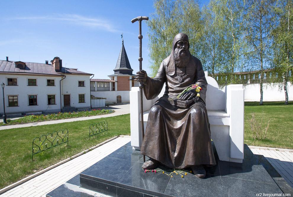 Недавно поставленный памятник патриарху Иову