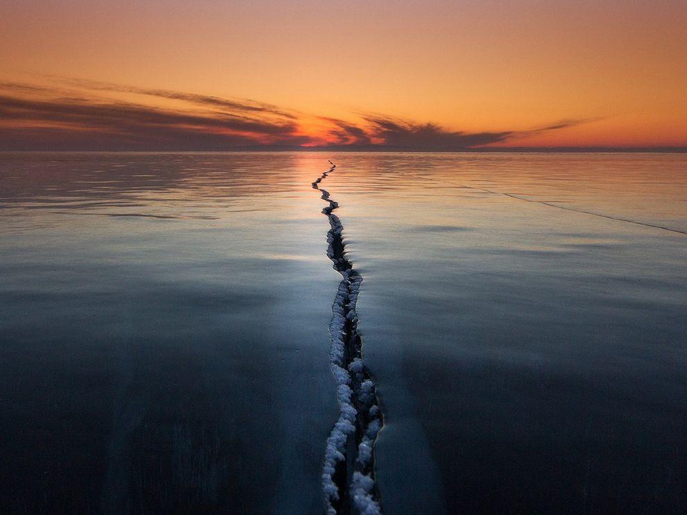 Трещина во льду на Байкале