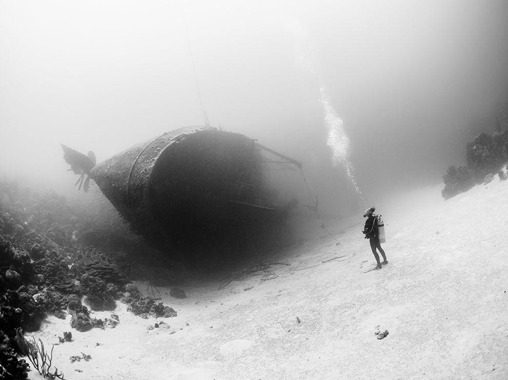 Дайвер и затонувший сухогруз у карибского острова Бонайре