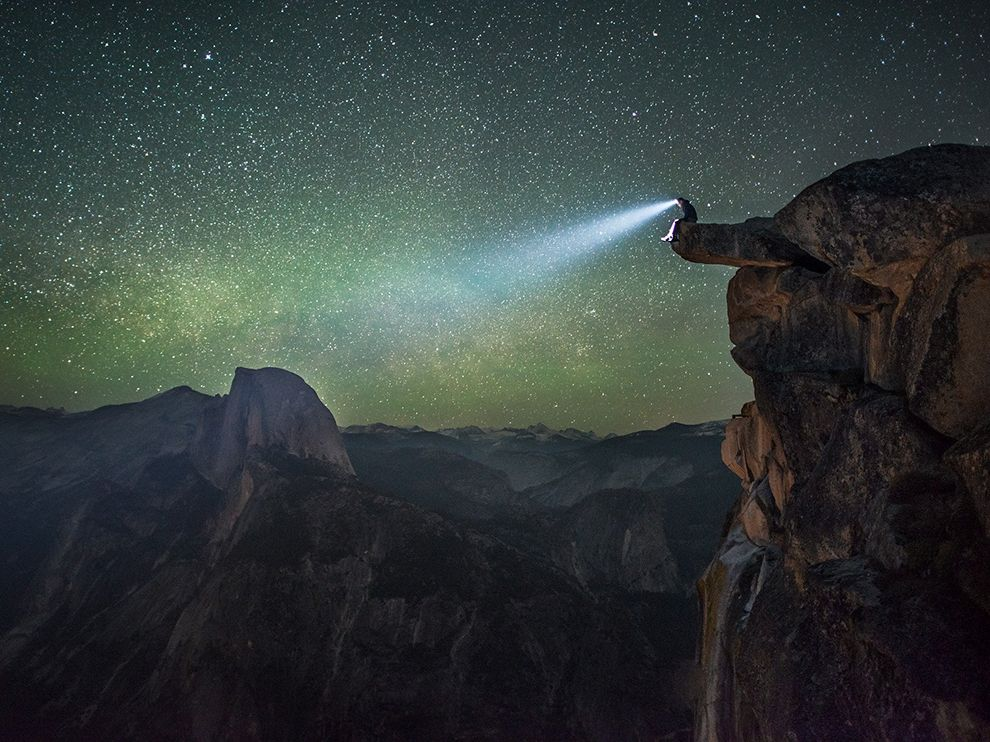 Человек с фонарем в национальном парке Йосемити
