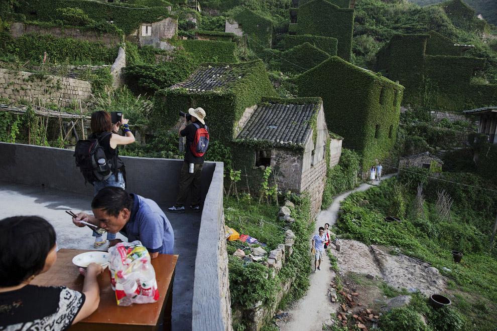 Туристы и бывшие местные жители деревни, которые вернулись проведать родные места 20 лет спустя