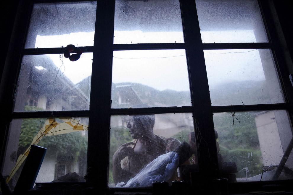 Впрочем, местные жители здесь все же есть. Вот, например, 59-летний рыбак, живет один в доме без водопровода и электричества