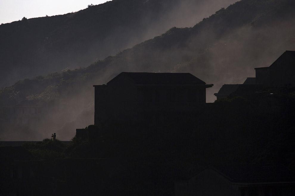 В утреннем тумане деревня-призрак под Шанхаем становится совсем загадочной