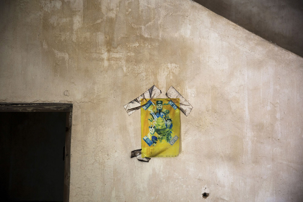 Китайский Бог Фортуны на стене заброшенного дома