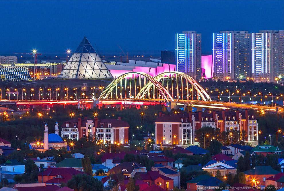 Мост Архар и пирамидальный Дворец Мира и Согласия в президентском парке.