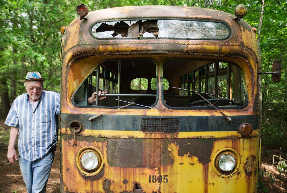 елец Города старых автомобилей Уолтер Дин Льюис и школьный автобус 1950 года