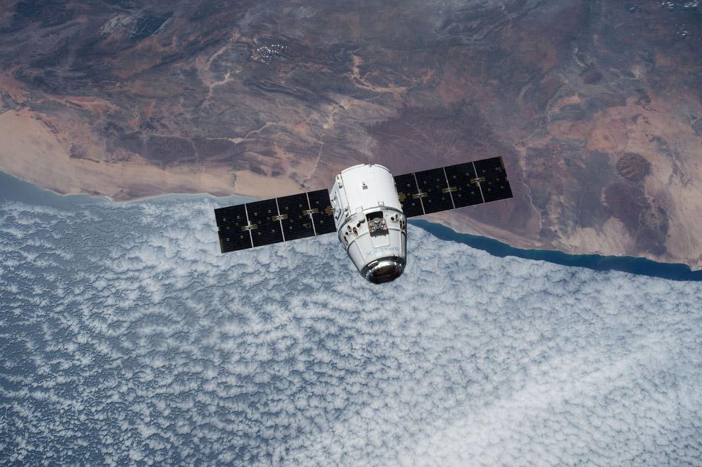 Грузовой корабль SpaceX Dragon приближается к Международной космической станции
