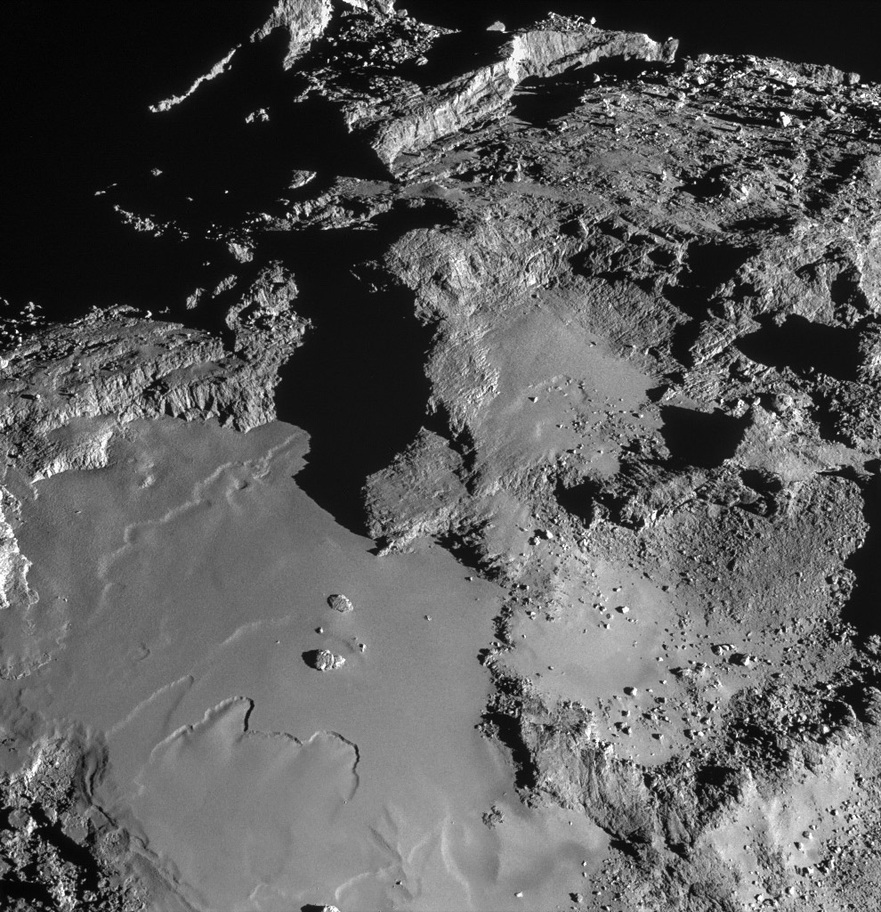 Поверхность кометы Чурюмова — Герасименко с расстояния 15,3 км