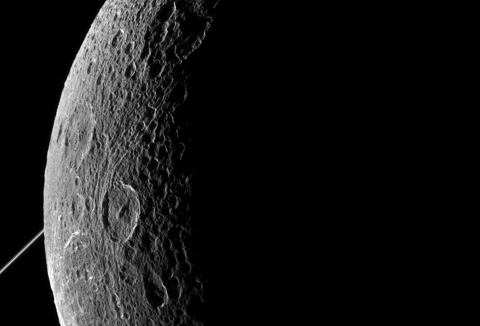 Естественный спутник Сатурна Диона