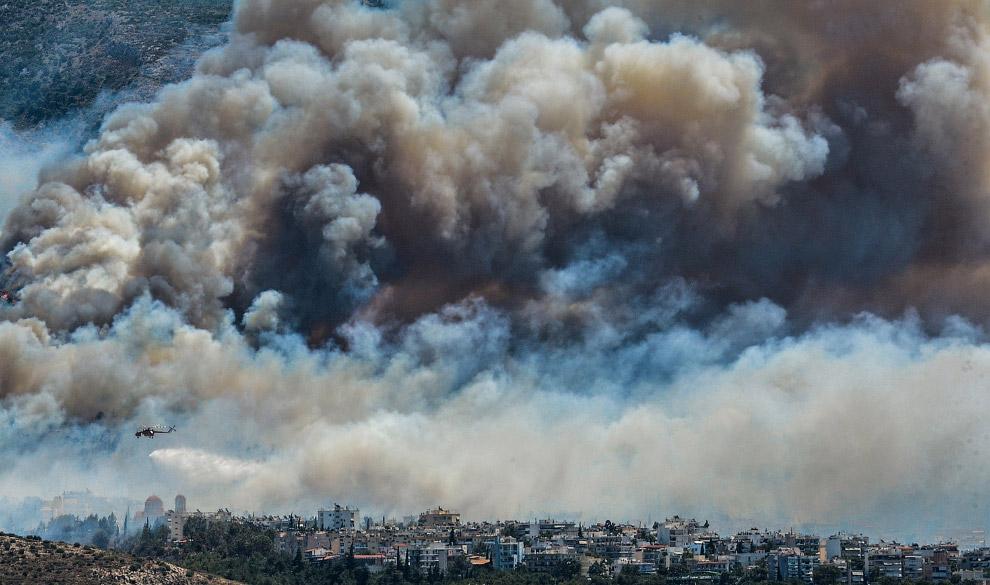 Дым от лесных пожаров над Афинами