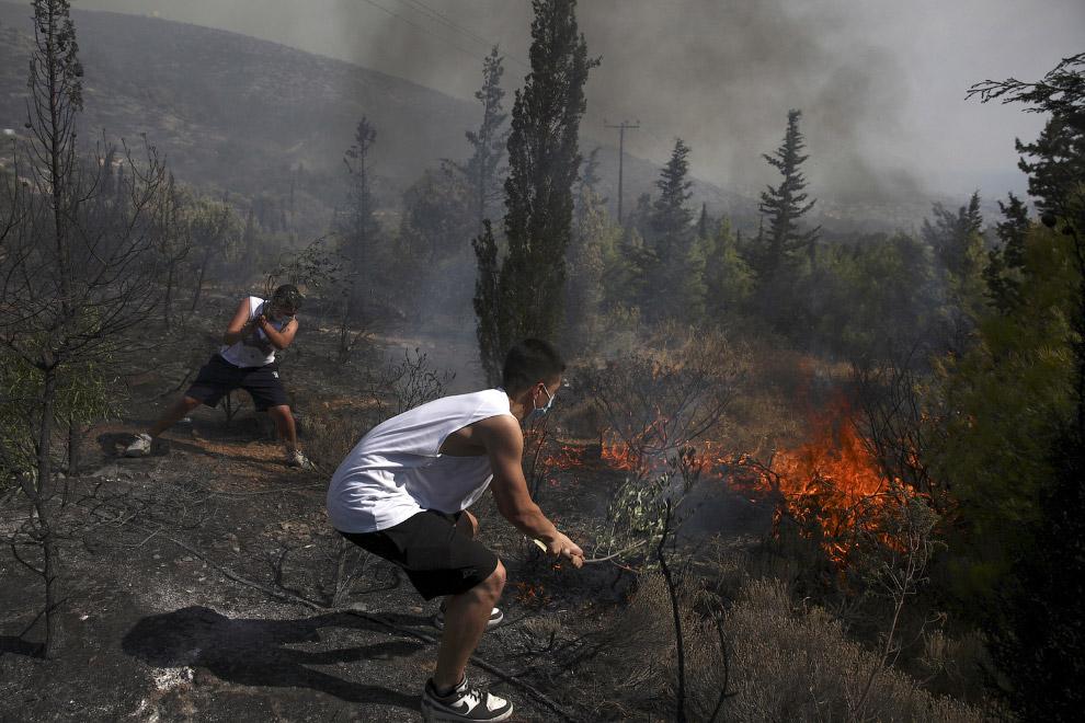 Жители тушат пожар кто как может