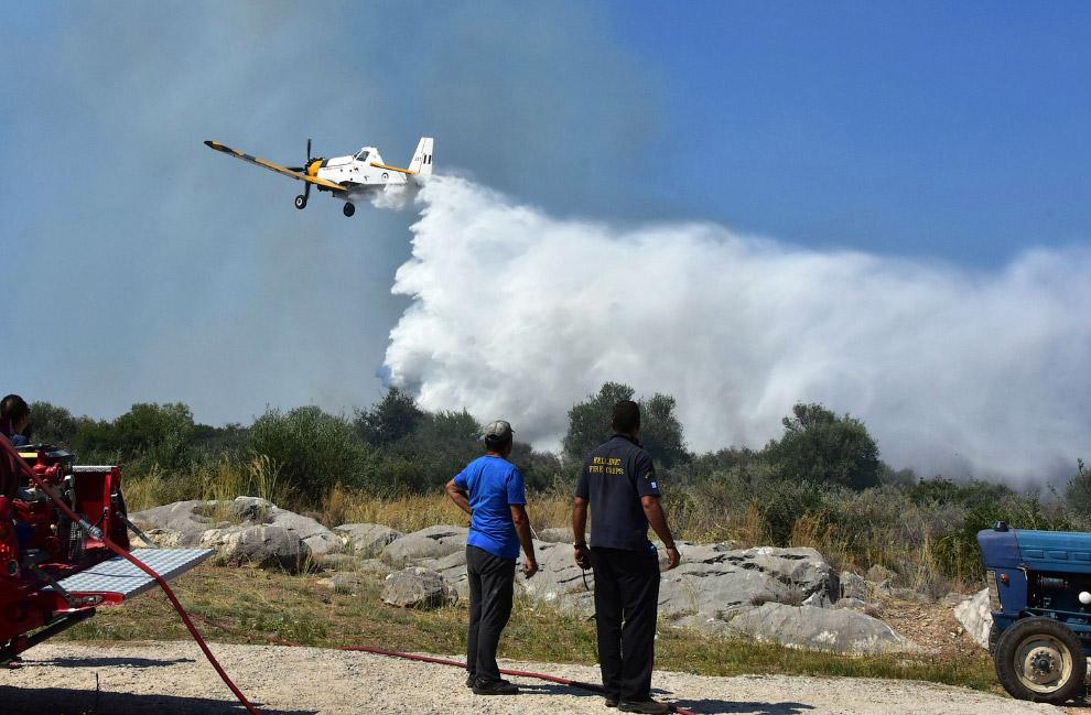 Пожарный самолет недалеко от города Нафплион