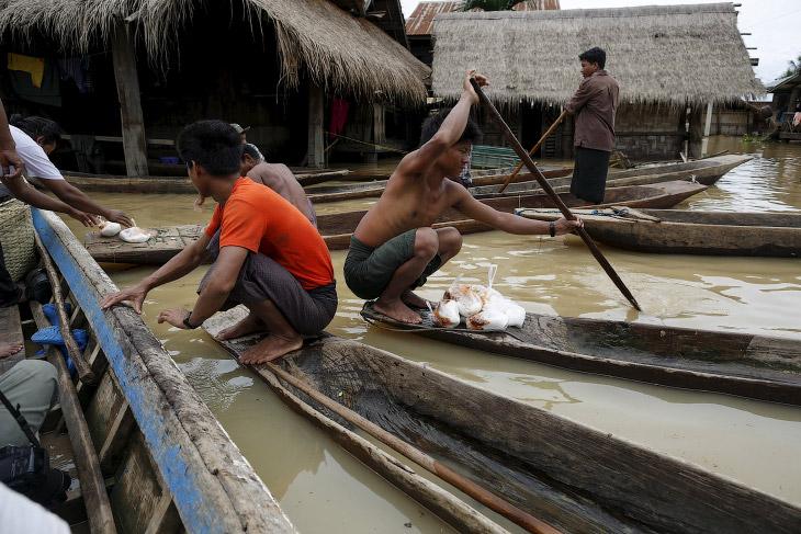 Местные жители и их экологичные деревянные лодки