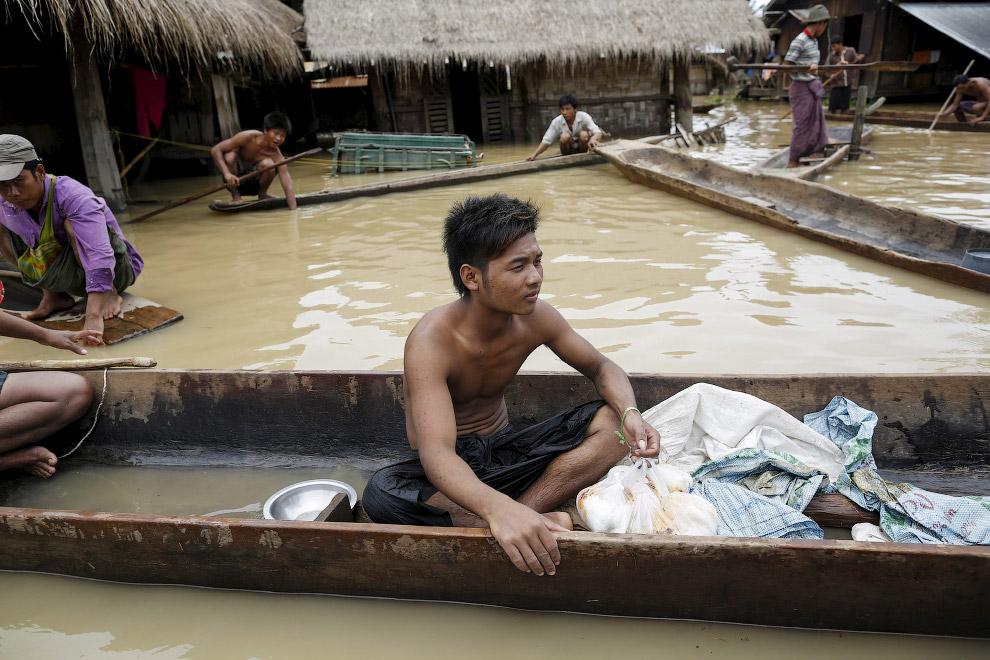 Народ в деревнях в Мьянме совсем простой