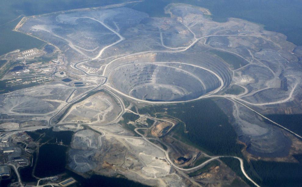 Маленькие здания слева на снимке помогают передать масштаб золотодобычи в Сибири