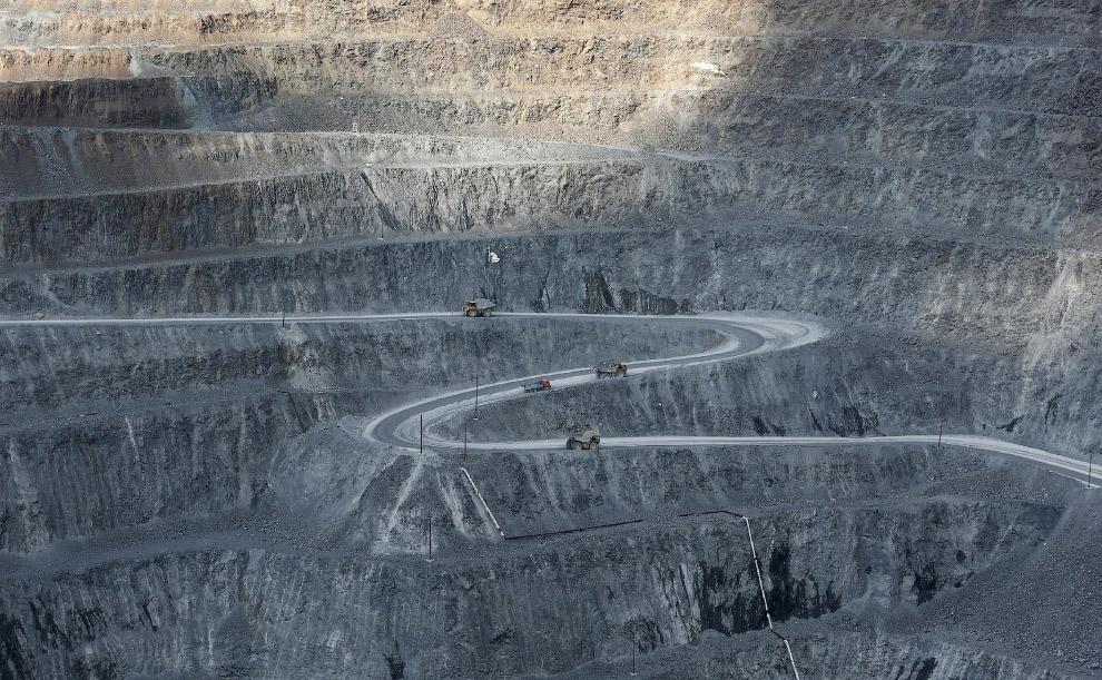 Самосвалы в рудой месторождения Олимпиада
