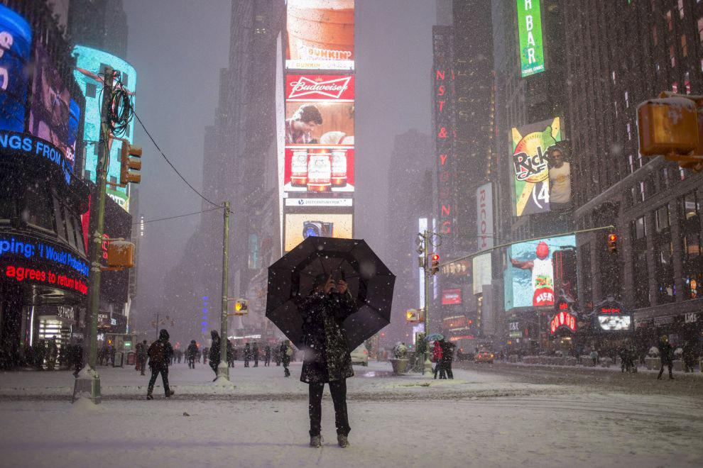 Метель на Таймс-сквер в Нью-Йорке