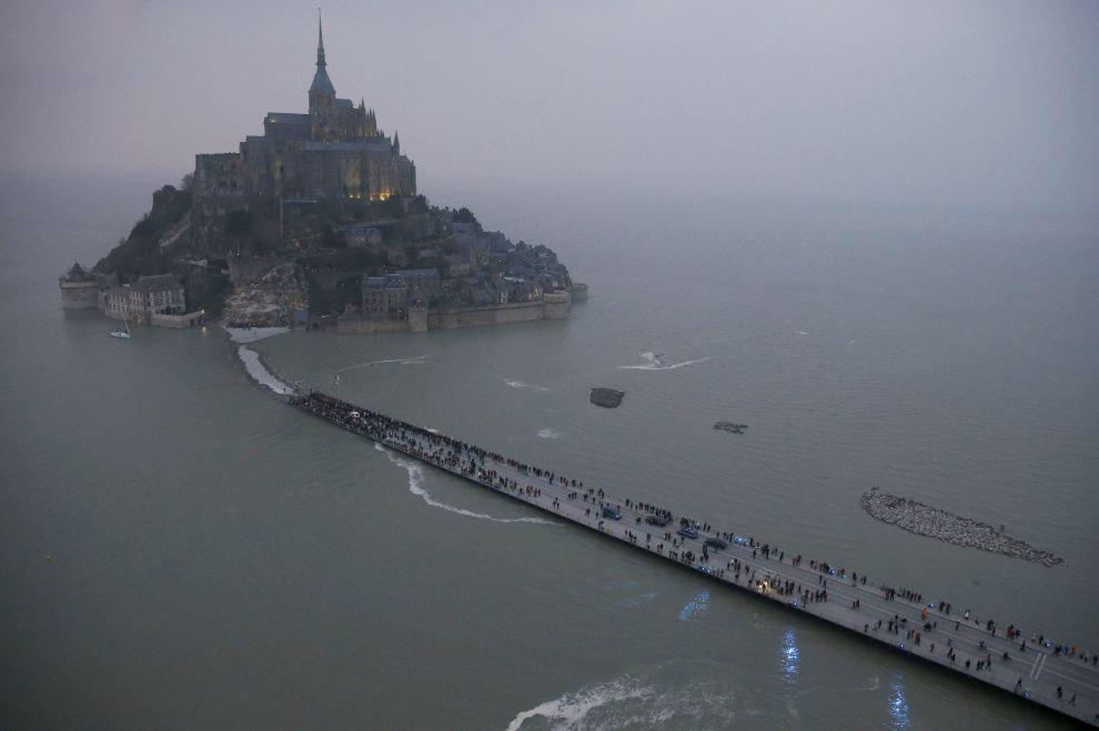 Небольшой скалистый остров-крепость Мон-Сен-Мише́ль на северо-западном побережье Франции