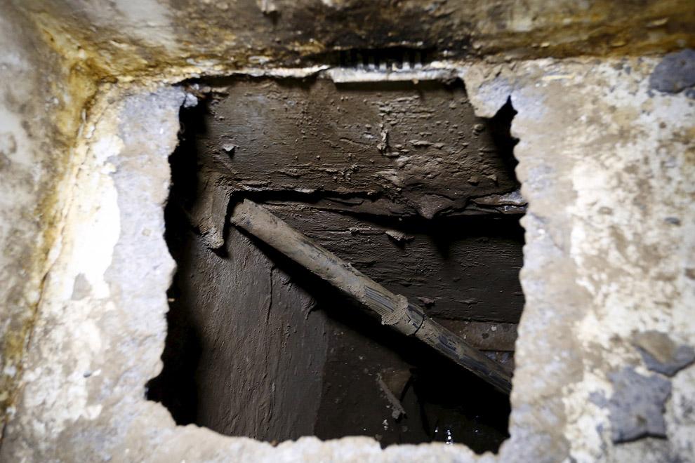 """В полу душевой """"кабины"""" находится лаз в подземный тоннель"""
