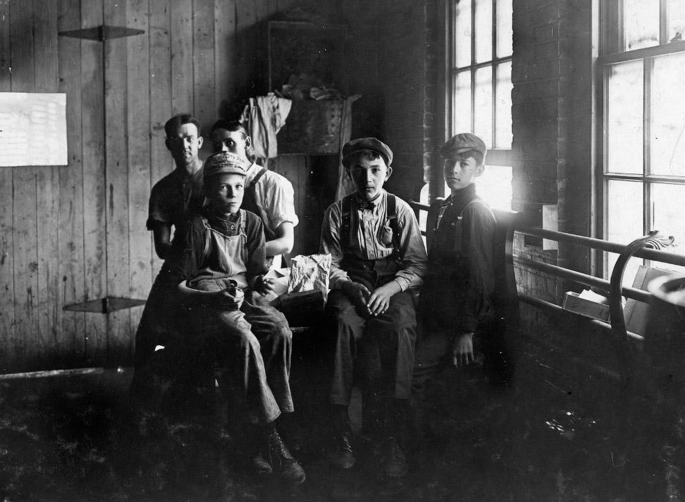 Работники мебельной фабрики