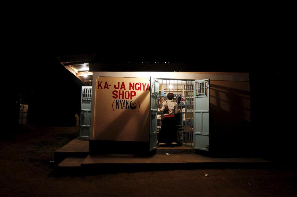 Магазин в деревне Когело, Кения, работающий допоздна