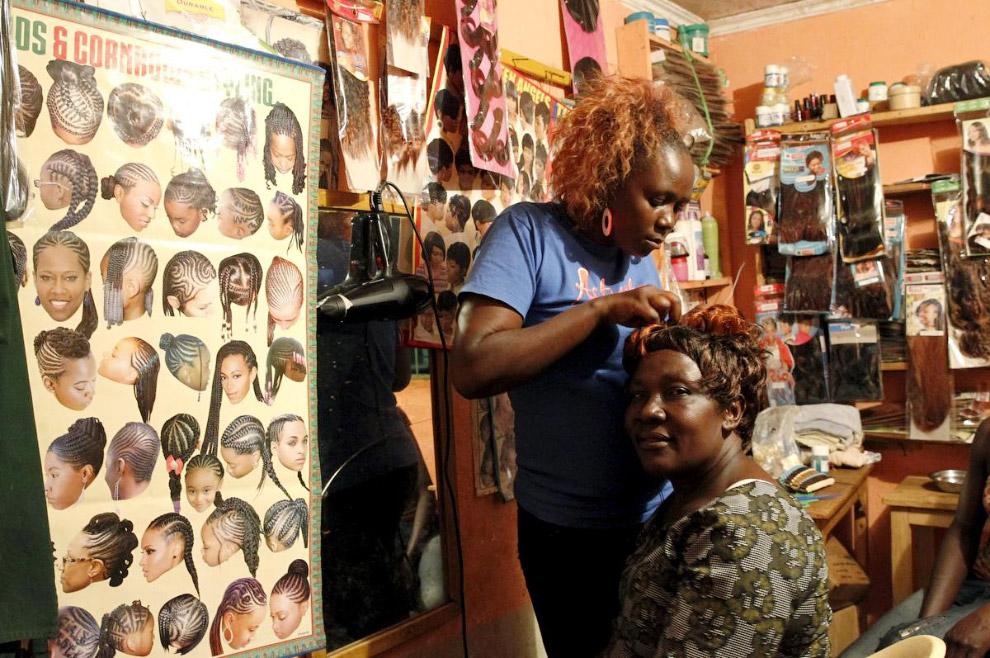 Модная парикмахерская в деревне Когело, Кения