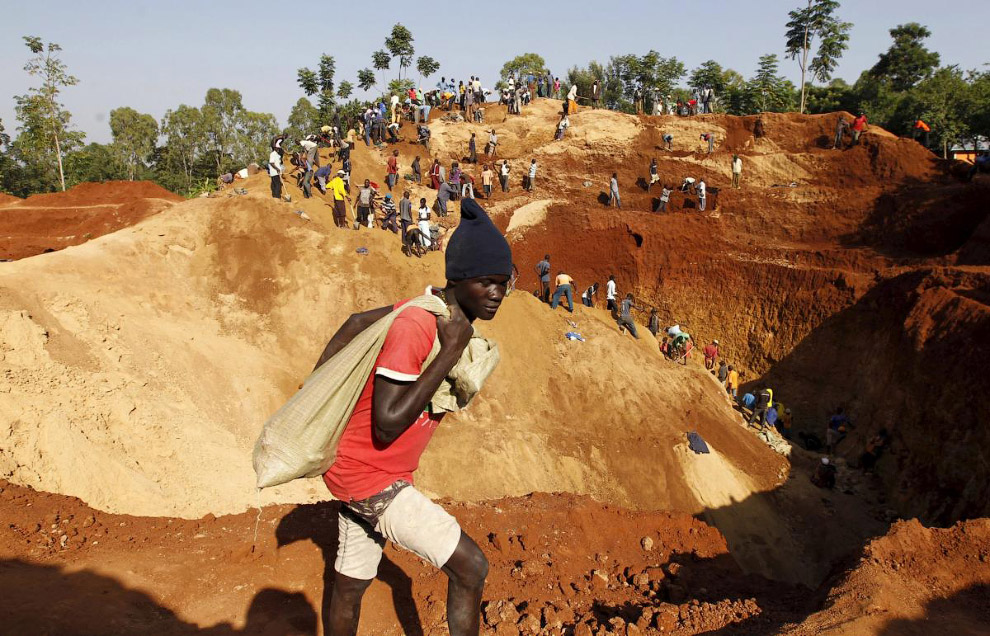 Золотоискатели на открытом руднике в деревне Когело, Кениия