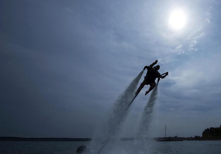 Реактивный ранец, позволяющий «взлетать» под струями воды